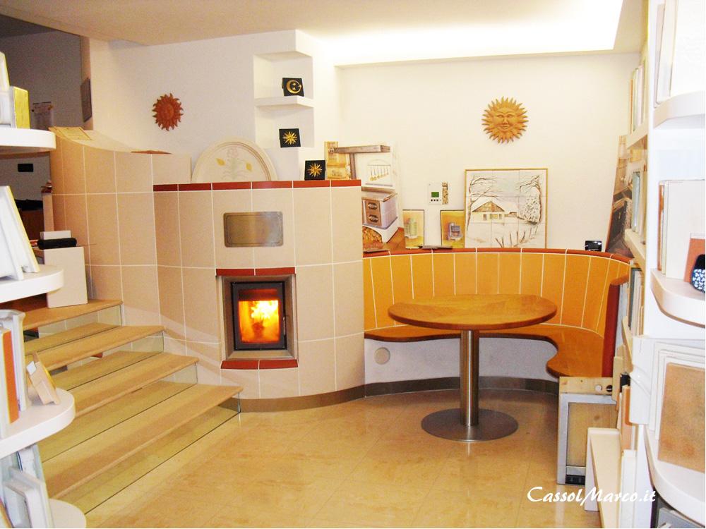 Uno studio in casa riscaldato da una stufa a legna for Ceramica in casa