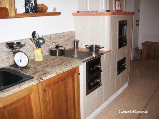 Cucina A Legna In Muratura.Le Stufe In Maiolica O Ceramica Su Misura Perfette Anche In Cucina
