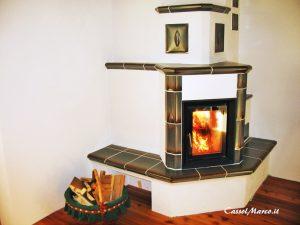 Stufa caminetto a legna in appartamento con panchina e ceramiche eleganti