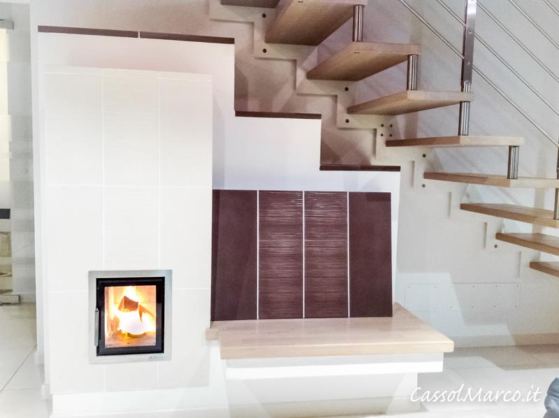 foto stufa accumulo legna moderna con fuoco a vista chiuso