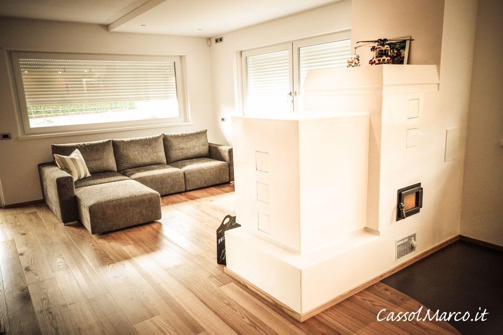 Stufa accumulo moderna Cassol Marco in elegante open space con pavimento legno